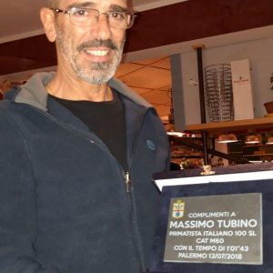 Massimo Tubino con la targa ricordo del record italiano nei 100 stile libero